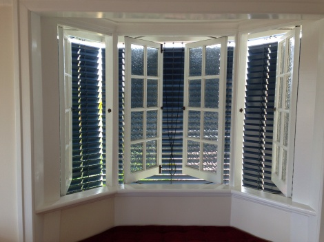 Bay chain blinds