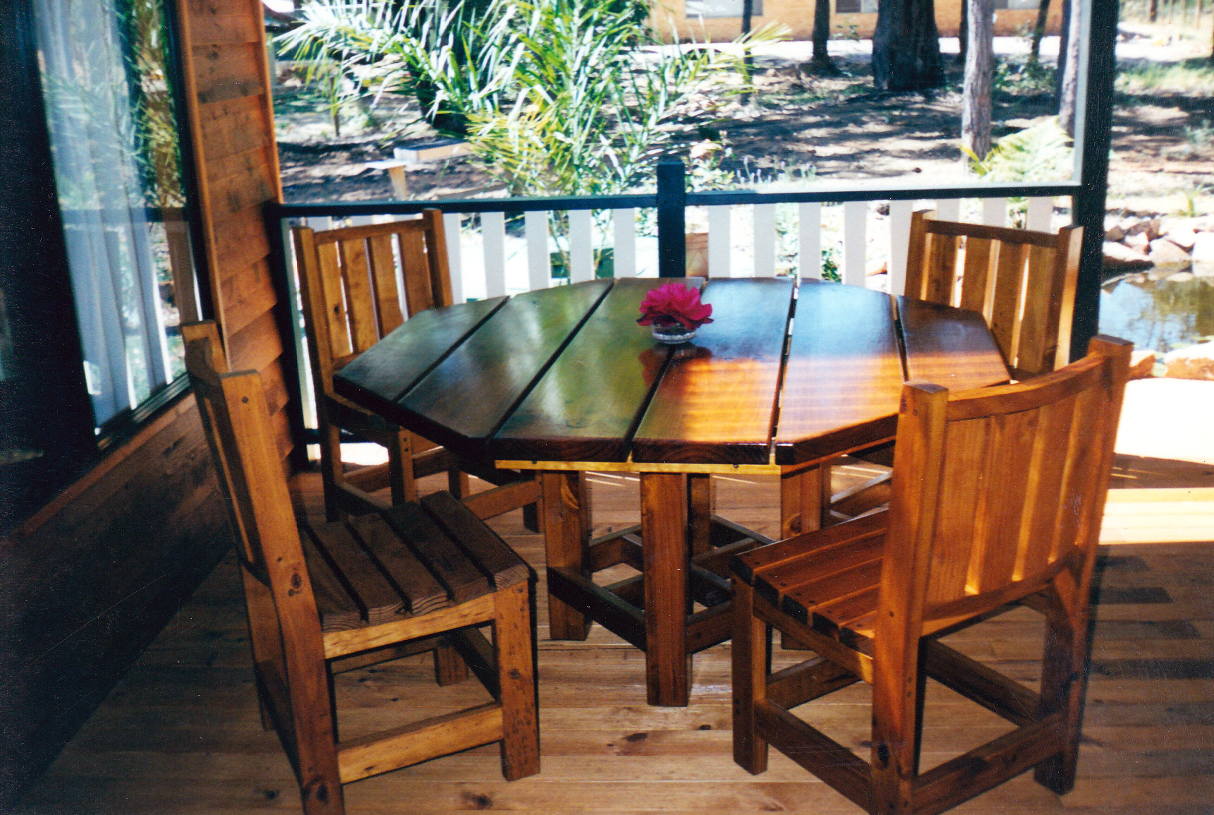 Outdoor table and chairs small kamelot constructions for Small outdoor table set