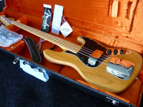 FENDER AMERICAN VINTAGE '75 JAZZ BASS - AGED NATURAL - Maple Neck