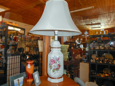 Porcelain lamp with brass highlights