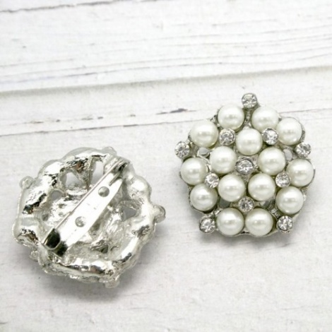 CLASSIC SMALL RHINESTONE AND PEARL BROOCH