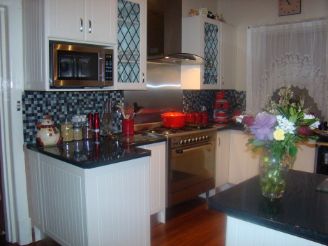 TRADITIONAL STYLE KITCHEN,  90 CM FREE STANDING OVEN, CANOPY RANGEHOOD GIVING A LOVELY MODERN TWIST