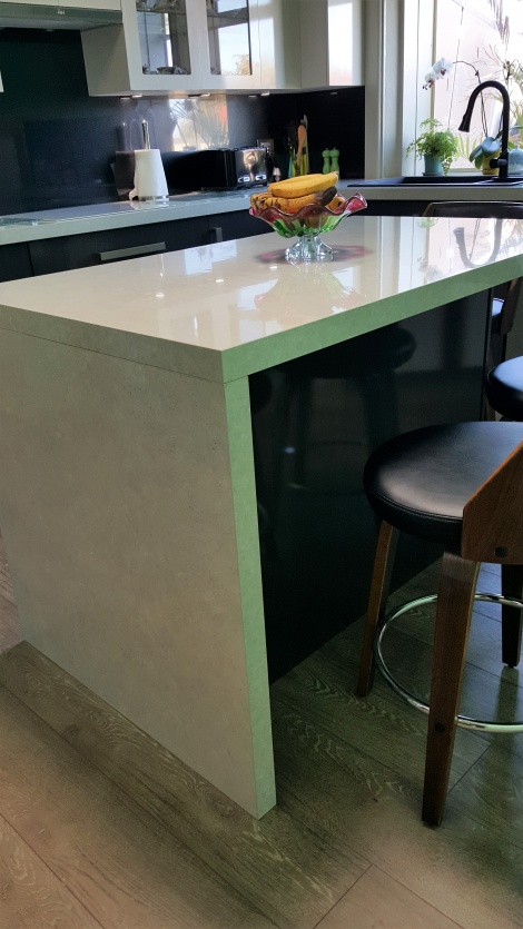 WATERFALL END WITH A 50MM THICK BENCH TOP GIVES A FLOATING AFFECT