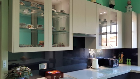 PULL OUT RANGEHOOD WITH BLACK METTALIC REFLECTIONTIONS BACKSPLASH