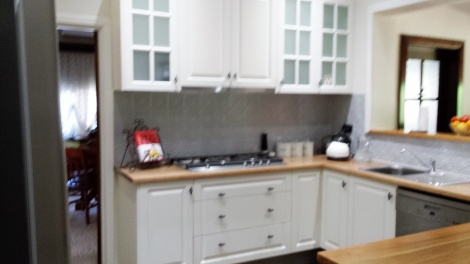 MODERN 90CM PULL OUT RANGEHOOD LOOKS GREAT IN THIS LOVELY COUNTRY STYLE KITCHEN