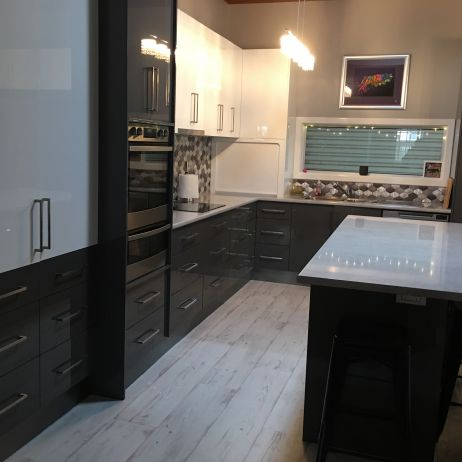 EXCELLENT LOOKING KITCHEN WITH TWO DIFFERENT COLOURED DOORS