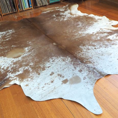 SPB/6: A BIG AND BEAUTIFUL CARAMEL TAN & WHITE SALT AND PEPPER COWHIDE RUG - THIS HIDE IS HUGE