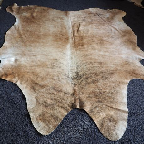 LEX/25: SHADES OF LIGHT AND TAN WITH WONDERFUL EXOTIC BRINDLING - A BEAUTIFUL COWHIDE RUG