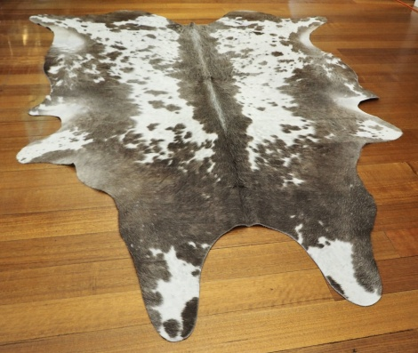 GREY/119 - A LOVELY CURLKY WINTER COAT - SOFT & THICK - BEAUTIFUL MARKINGS - A SUPERB COWHIDE RUG