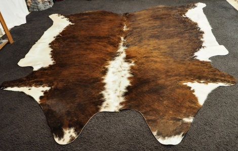 Extri/20:L Rich colouring and a wonderful wave framed in white - a gorgeous Cowhide Rug