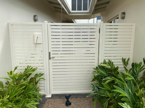 Horizontal Slatted Gate with Returns